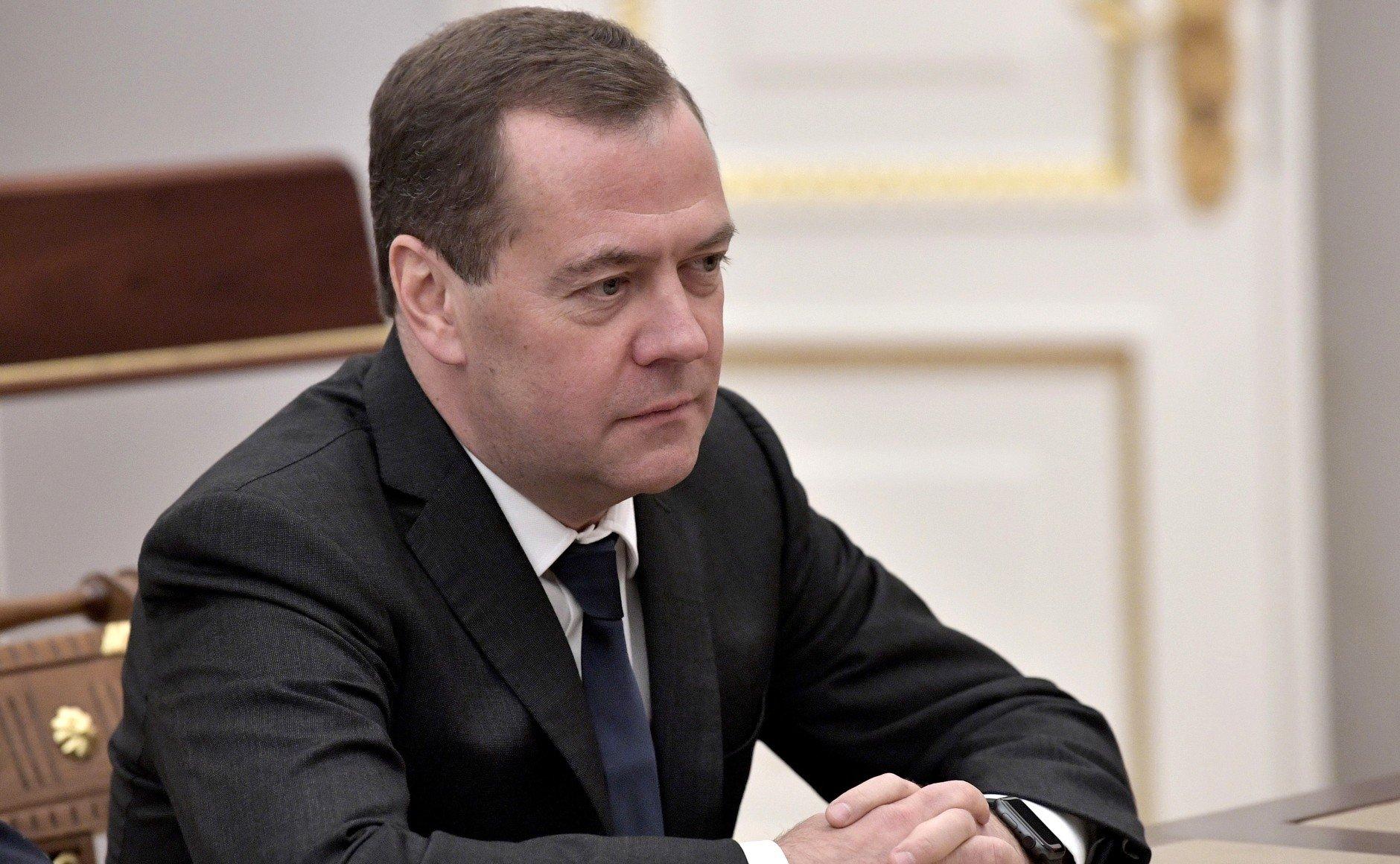 тебе желаю фотографию дмитрия медведева с баяном простым связанным сердечком