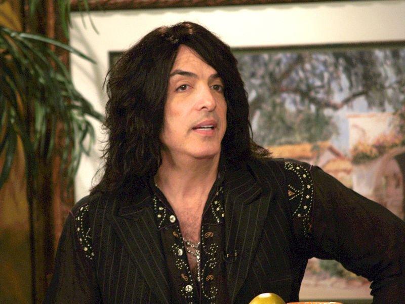 Hair on fire: невозмутимый двойник солиста Kiss загорелся на сцене и продолжил играть