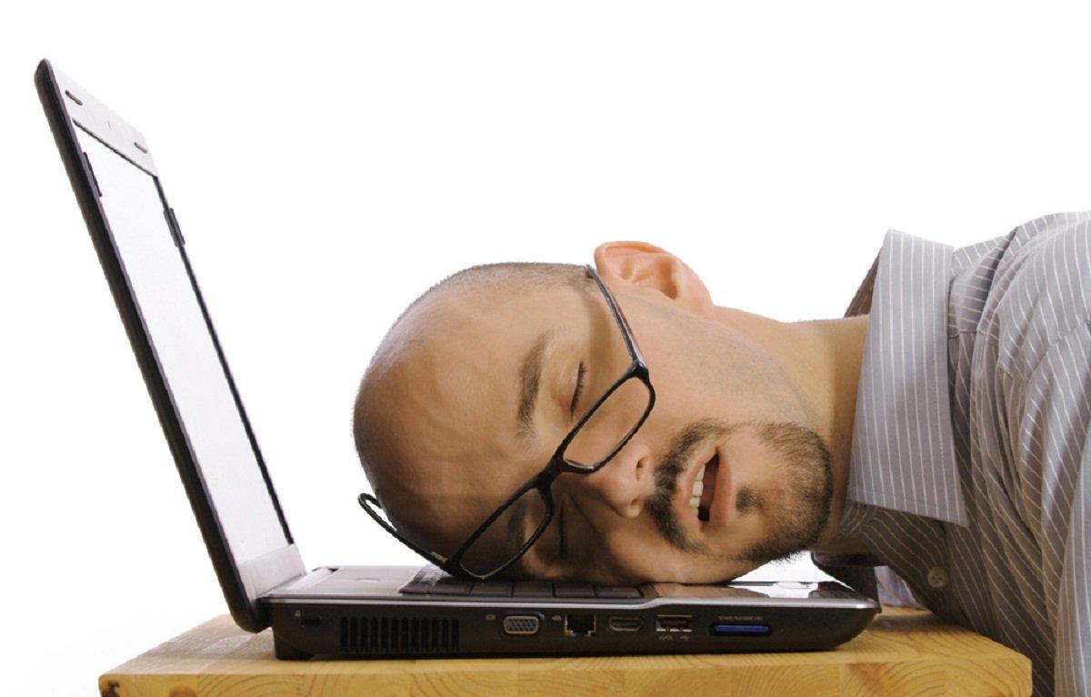 Спящий на клавиатуре картинка